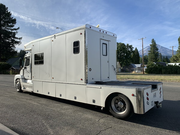 Freightliner Toterhome w/ 500HP N14 Cummins w/10 speed auto  for Sale $89,999