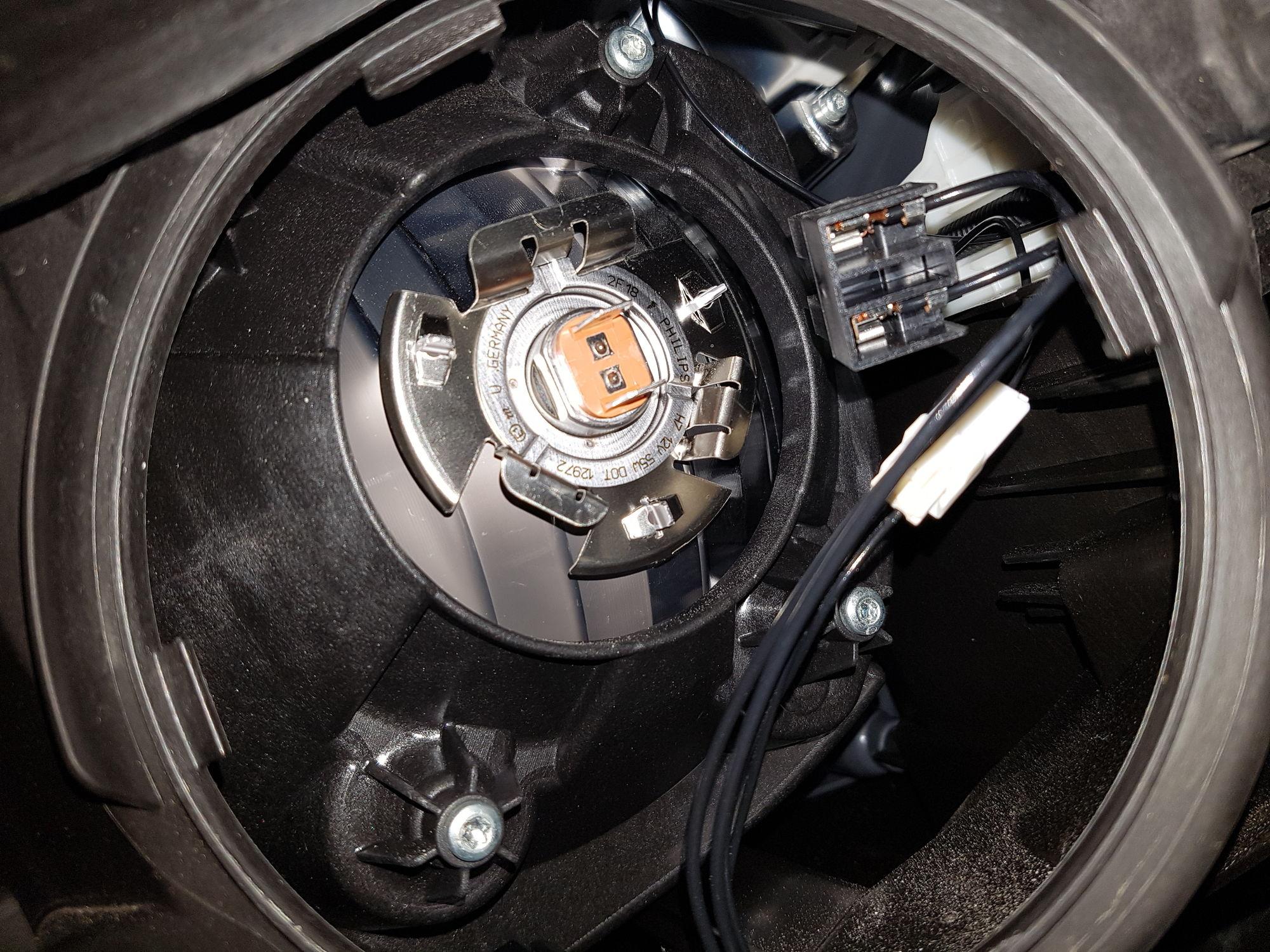 Mercedes glk350 low beam bulb fiat world test drive for Mercedes benz light bulb replacement
